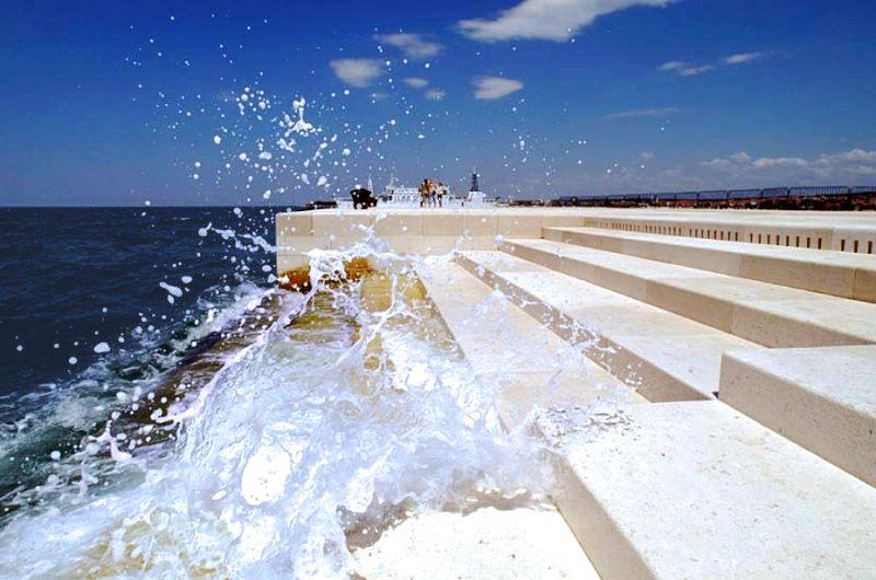 Das Meer bläst Luft durch Steinpfeifen und klingt wie eine riesige Orgel